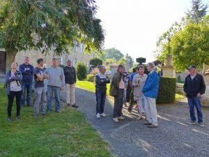 Visite des gens du Pilat, devant l'église