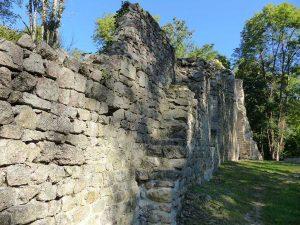 Visite des gens du Pilat, escaliers d'accès au chemin de ronde